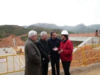 Vallejo, Biel, Lobón y De Pedro han visitado hoy el embalse de Las Parras.