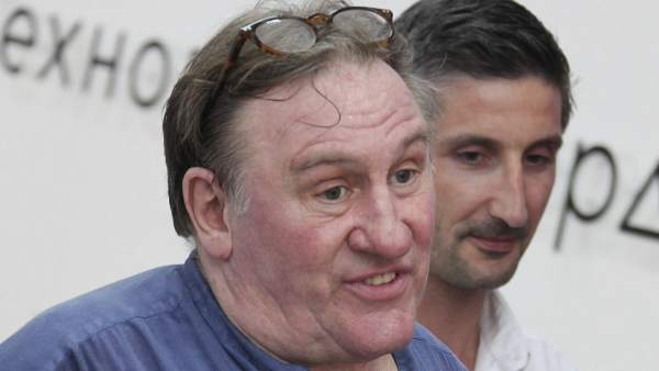 Gerard Depardieu muestra su certificado de impuestos en Saransk, Mordovia.