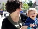Mercedes con su hijo Lucas, que en julio cumplirá un año, junto al Hospital Sant Joan de Déu.