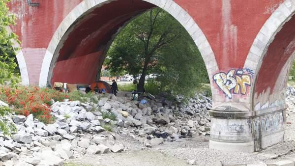 Persona sin techo en el puente de los Franceses (Madrid)