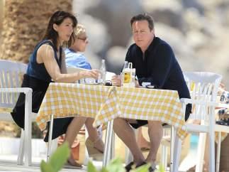 David Cameron y su mujer Samantha en una terraza de Ibiza