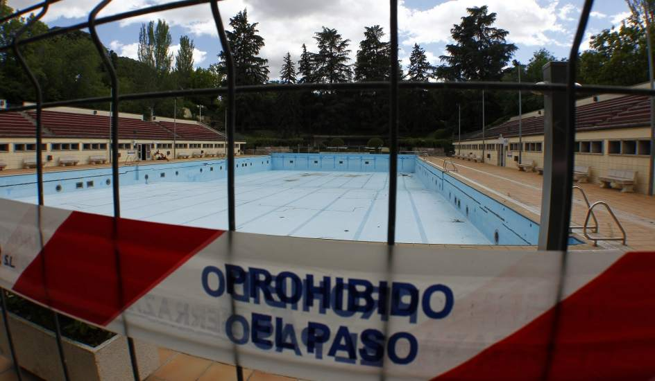 La temporada de piscinas en madrid llega con instalaciones for Piscina lago madrid