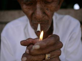 Un cigarrillo casero en Indonesia