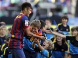 Neymar saluda a los más pequeños del Camp Nou
