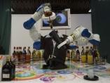 Un robot que sirve copas