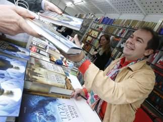Javier Sierra firma ejemplares en la Feria del Libro