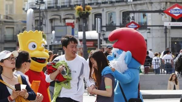 Muñecos con turistas en Sol