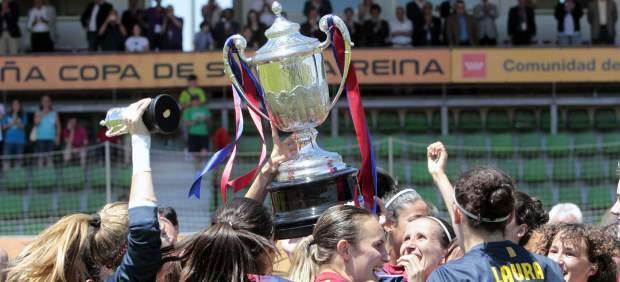 Las jugadoras del Bar�a celebran su triunfo en la Copa de la Reina de f�tbol 2013