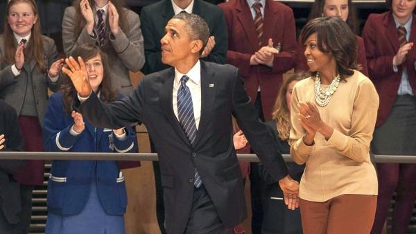 El presidente de Estados Unidos, Barack Obama (centro), y su mujer, Michelle (dcha), asisten a un evento con escolares en el Waterfront Hall en Belfast (Reino Unido). (EFE/Mark Pearce)