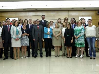 La ministra de Sanidad, Ana Mato,c, posa con los asistentes a la Conferencia Sectorial de Igualdad.