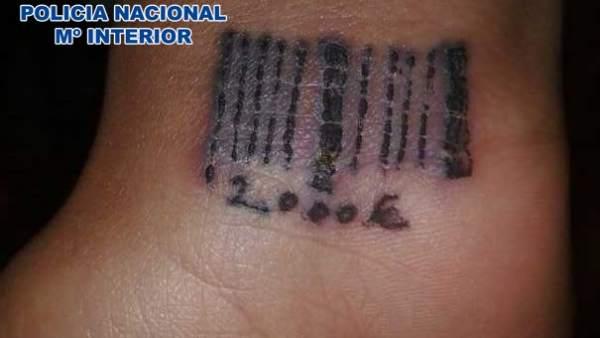 Tatuaje a una víctima de la prostitución