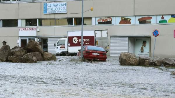 Imagen de los daños producidos por la crecida del río Garona a su paso por Vielha, capital del Val d'Aran.