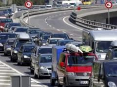 Arranca la operación salida del puente de Santiago con retenciones en Madrid y Barcelona