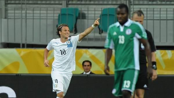 Forlán celebra frente a Nigeria