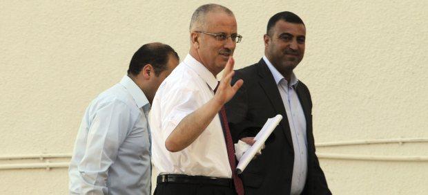 El primer ministro de Palestina, Rami Hamdala, retira su renuncia después de reunirse con Abás
