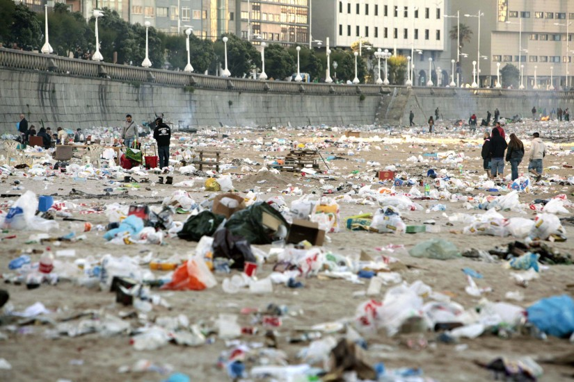 Montañas de basura tras las hogueras de San Juan