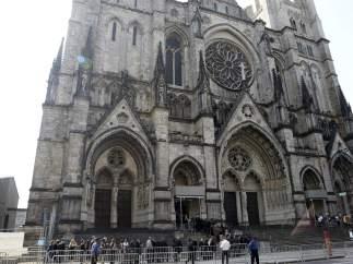 Vista del exterior de la Catedral de San Juan el Divino, el principal templo de la diócesis episcopaliana de Nueva York, donde se celebró el funeral de Gandolfini.