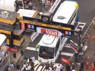 Autobús atascado en la meta del Tour