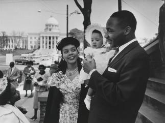 Martin Luther King, su mujer Coretta y la hija de ambos Yolanda, 1956