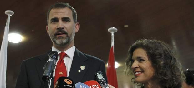 El Príncipe Felipe y Ana Botella, tras salir de la conferencia ante el COI en Lausana.