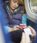 Una chica utilizando su smartphone