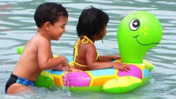 Niños con un flotador