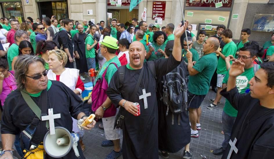 Activistas de la pah ocupan la sede del banco popular for Banco popular barcelona oficinas