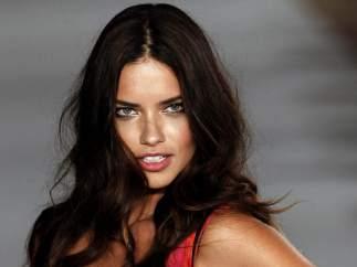 La top model brasileña Adriana Lima desfila para la firma catalana Desigual en la 080 Barcelona Fashion.