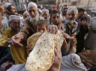 Reparto de pan en Peshawar