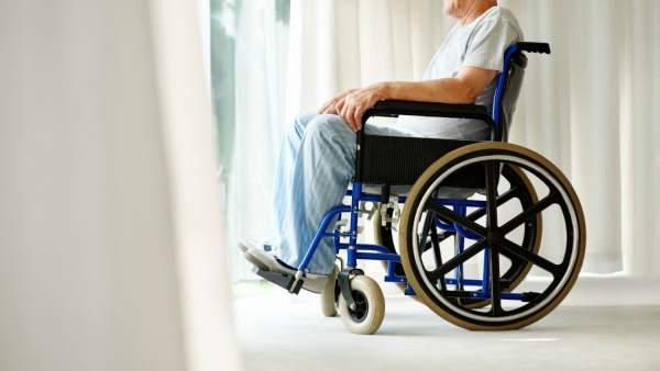 Un hombre en silla de ruedas