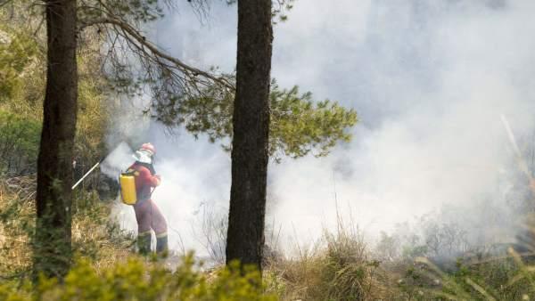 Un bombero apaga el fuego