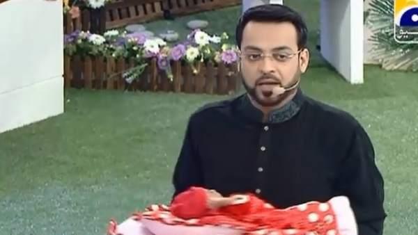 Programa de televisión paquistaní regala bebés en directo