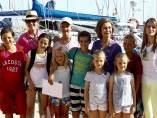 La Reina Sofía, acompañada de la infanta Elena (2i), la Princesa de Asturias, Letizia Ortiz (d), y todos sus nietos, posan en la escuela de vela de Cala Nova, en Palma de Mallorca.
