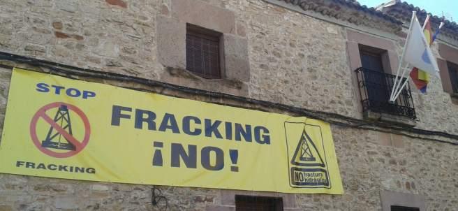 Cartel contra el 'fracking' en el Ayuntamiento de Anguita