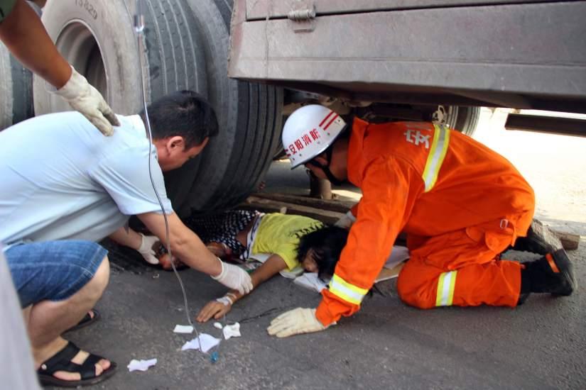 Rescatada de debajo de un camión
