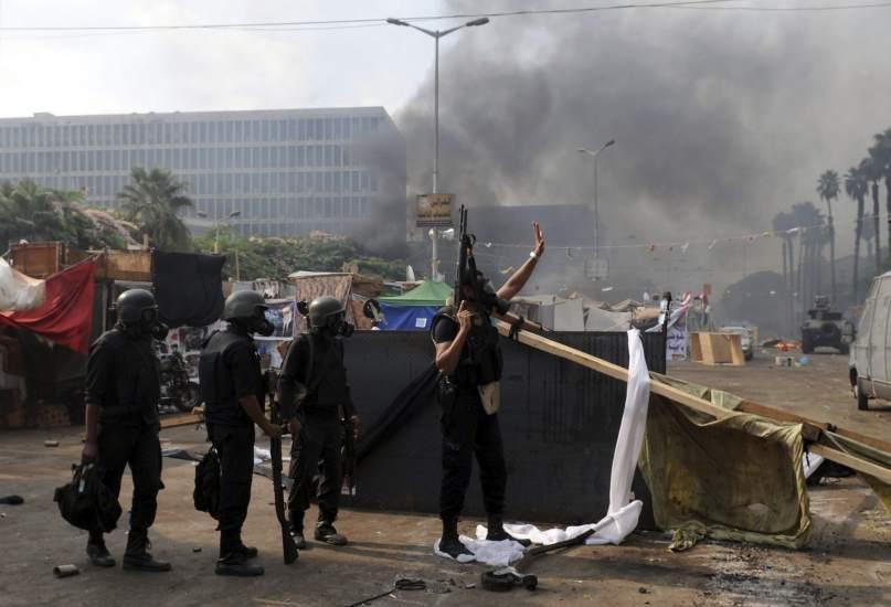 La policía egipcia disuelve a los seguidores de Morsi
