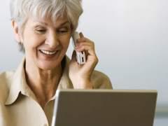 Mujer con móvil y ordenador portátil