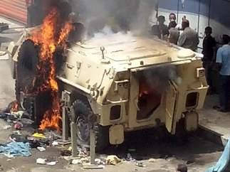 Arde un vehículo de la Armada egipcia
