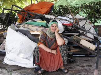 Sentada entre restos del campamento