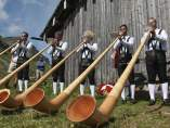 """Músicos tocan el alforn o """"trompa de los Alpes"""" durante el funeral del príncipe Friso de Holanda"""