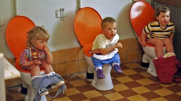 Niños haciendo pis