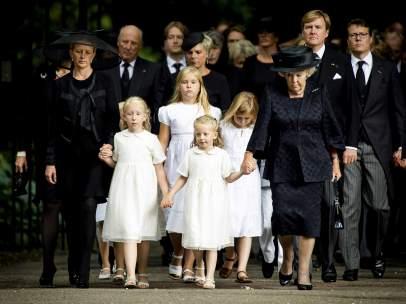 La princesa de Holanda Mabel Wisse-Smit (i), viuda de Friso, sus hijas Luana y Zaria, el rey de Holanda Guillermo-Alejandro (d) y la princesa Beatriz (2d) junto con otros miembros de la familia real.