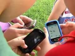 Niños usando móviles