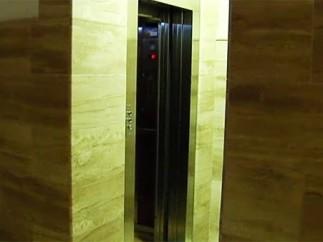 Muere tras quedar atrapado en el ascensor