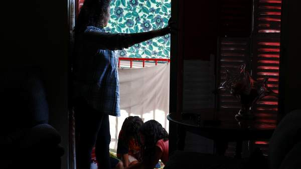 Rocío y sus hijos, en su casa de Vallecas