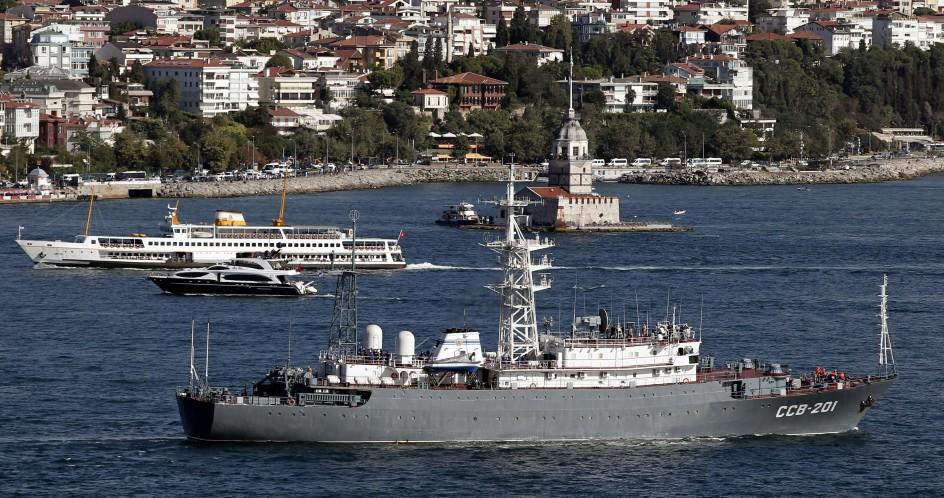 Un buque de guerra ruso atraviesa el Bósforo camino de Siria