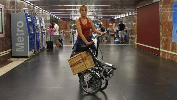 Ana Jiménez, con su bici en el metro