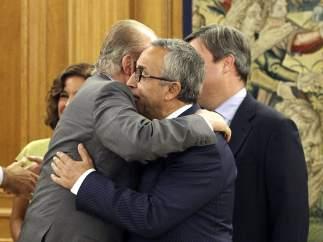 Juan Carlos I se abraza con Alejandro Blanco