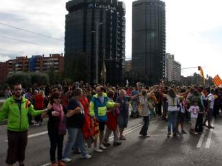 Miles de personas han rodeado La Caixa y se han unido a la Via Catalana a través de la Diagonal y de la Gran Via de Carles III.