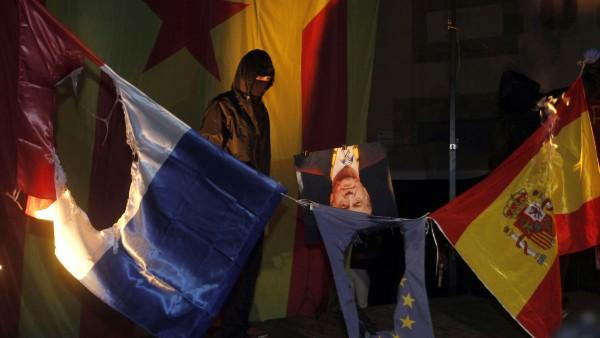 Queman banderas y una foto del rey en la Diada